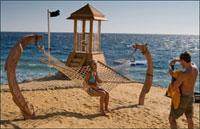 シナイ半島海岸で記念撮影をするカップル 02265038832| 写真素材・ストックフォト・画像・イラスト素材|アマナイメージズ