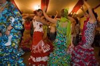 フェリア デ カバジョ(馬祭り)伝統衣装を着て踊る女性