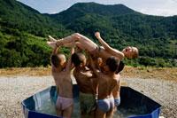 無心寺 水浴びをして遊ぶ見習僧たち