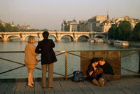 FRANCE. Paris. Couples on the Pont des Arts 02265039265| 写真素材・ストックフォト・画像・イラスト素材|アマナイメージズ