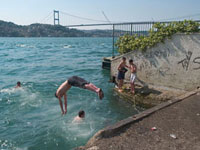 ボスポラス海峡 遊ぶ子供たち 02265039515| 写真素材・ストックフォト・画像・イラスト素材|アマナイメージズ