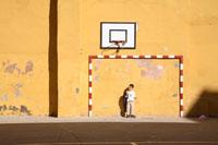 ゴールと少年 02265039516| 写真素材・ストックフォト・画像・イラスト素材|アマナイメージズ