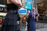 路上で物を売る女性