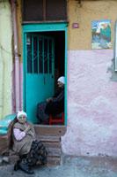 家の前に座る女性