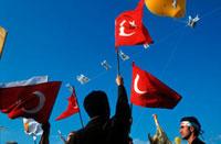 トルコ国旗と政治集会に参加する人々