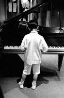 ピアノを弾く少年 02265039617| 写真素材・ストックフォト・画像・イラスト素材|アマナイメージズ