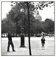 遊んでいる少年と少女