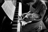 ピアノと赤ん坊