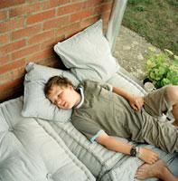 昼寝をする少年