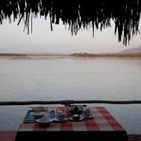 ロッヂから眺めるタンザニアの川