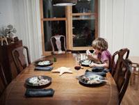 一人で食事をする男の子