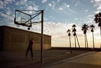ベニスビーチでバスケットボールをする男性
