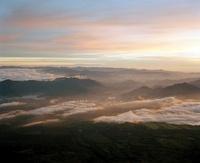 日の出に照らされた山々