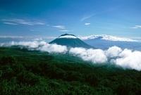 青い空と雲からのぞく山頂