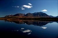 湖に反射した青い空と雲と山々
