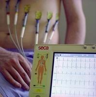 心電図モニターと男性
