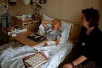 病院のベットの上の娘と見舞う母