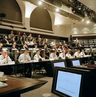 会議をする大勢のビジネスマン
