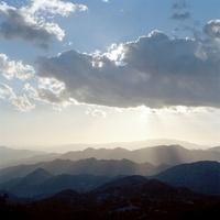 大きな雲と光に照らされた山々