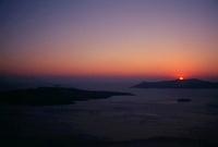 夕焼けに染まる空と海に浮かぶ島々