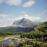 青い空と山と川
