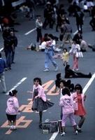 歩行者天国で踊る若者達