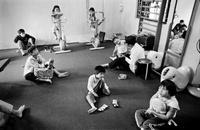 遊具で遊ぶ子供達