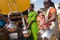 給水車から水を汲む女性