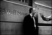 ウォールストリートの男性と指を指す人