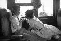 電車のカップル 02265040086| 写真素材・ストックフォト・画像・イラスト素材|アマナイメージズ
