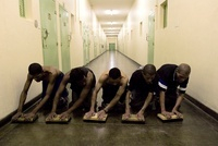 廊下を拭き掃除する男性達