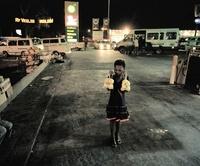 袋詰めされた果物を売り歩く少女