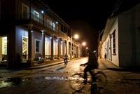 夜の通りを走る自転車