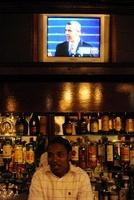 バーテンダーとテレビのオバマ大統領