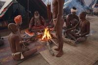 焚火を囲む男性達