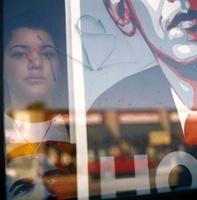 オバマ大統領のポスターと窓越しの少女