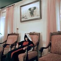 椅子に座るかぶり物をした少女