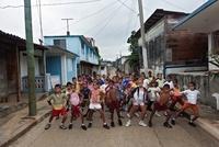 通りで腰に手をあてる大勢の子供達