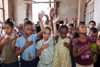 胸に手をあてて祈る少女達