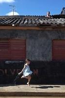 縄跳びをする少女