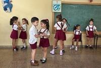 教室でペアになって踊る子供達