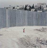 高い壁と2人の少女