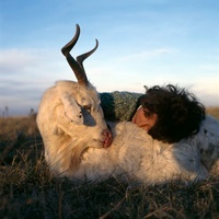 ヤギを抱く少女