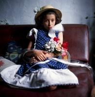 花束とソファに座る少女