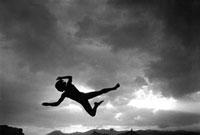 空中に浮かぶ人