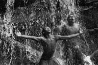 水を浴びる2人の男性