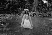 森の中のドレスを着た少女
