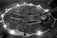 子供が円中で寝そべる儀式の模様