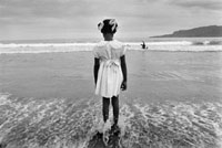 波打ち際に立つ少女