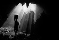 光が射し込む地下で作業をする人々
